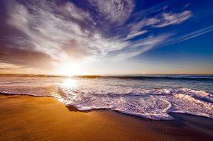 Het is heel erg leuk om op het strand van Jamaica te gaan wandelen.