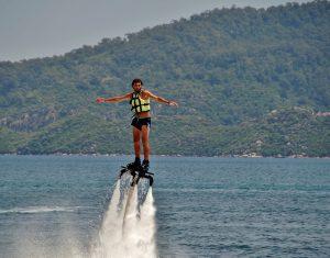 Het is leuk om op Jamaica te gaan flyboarden