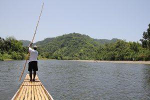 Met een bamboevlot over de Black River is super.