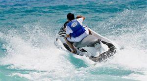 Je kunt op Jamaica gaan jetskiën.
