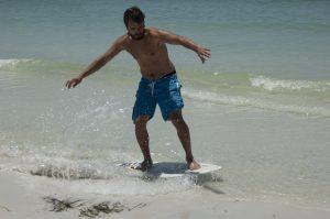 Skimboarden is een geweldige sport om te bedrijven op de stranden van Jamaica.