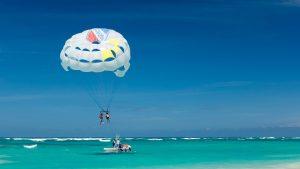 Parasailing is leuk om te doen op Jamaica.