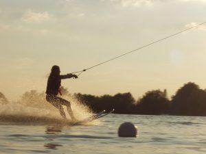 Als je op Jamaica bent, kunt je gaan waterskiën.