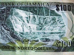 Jamaica is een watervallen-eiland. Op het biljet van 100 dollar is dat goed te zien. Het is praktisch Jamaica dat geregeld moet worden.