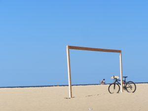De stranden van Jamaica zijn uitermate geschikt om te gaan beachvoetballen.