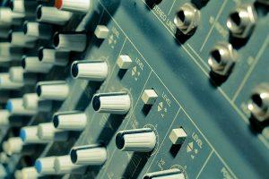 Dancehall op jamaica is populair. Er worden ook synthesizers gebruikt.