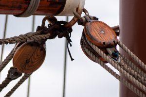 Pokhout werd veel gebruikt in de scheepsbouw voor het maken van katrollen.