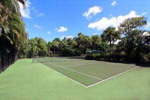 Het is leuk om op Jamaica te gaan tennissen.